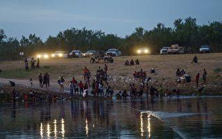 阻非法移民入境 德州部署警车数英里长