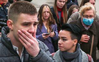组图:俄校园枪击案致8死 民众悼念遇难者