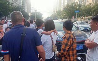 平頂山一越野車衝進人群 2名學生捲入車底