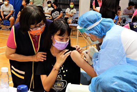 台中市高中生23日開打BNT疫苗。