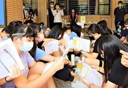 市長盧秀燕也先和學生互動,有獎徵答要學生掌握打疫苗的小知識。