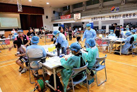台中醫院醫護人員協助注射下,已完成高中部接種。