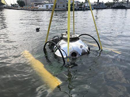 國立中山大學開發的臺灣第一艘「MIT迷你型潛艇」,在中信造船廠區水下5公尺首度完成「載人入艙」潛行系統測試及「固定深度航行」測試。