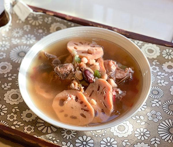 秋天适合来碗莲藕排骨汤,莲藕煮熟后,可补气、滋阴、开脾。(Shutterstock)