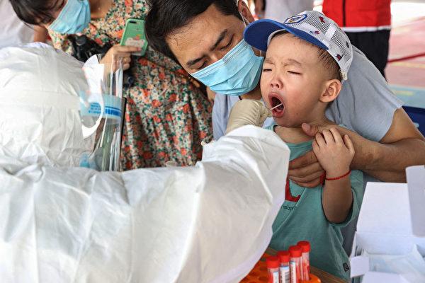 9月18日,福建厦门一当地儿童正在接受核酸检测。连日来,厦门居民已经进行多轮全员检测。(STR/AFP via Getty Images)