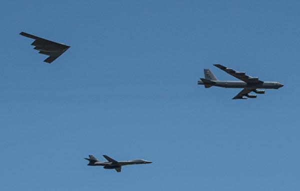 美國現役的B-2隱形轟炸機(左)、B-1B轟炸機(下)和B-52轟炸機(右)。(美國空軍)