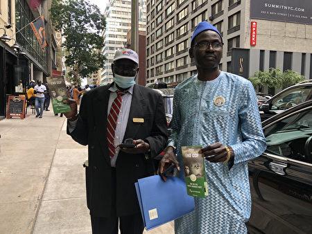 参加联合国大会的人士连署EndCCP倡议后,接过宣传单张。
