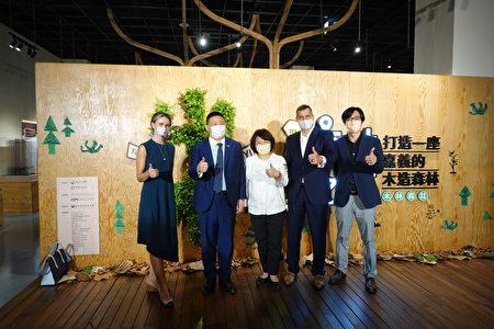 美国在台协会高雄分处团队、策展人台湾科大蔡孟廷副教授(右1)与市长黄敏惠(中)合照。