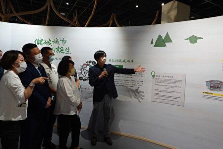 策展人台湾科大蔡孟廷副教授(右1)为贵宾导览解说。