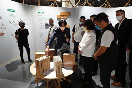策展人台湾科大蔡孟廷副教授(前左1)为贵宾导览解说。