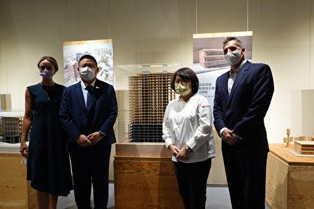 美国在台协会高雄分处处长禹道瑞(左2)所率团队与市长黄敏惠(右2)在位于美国密尔瓦基的Ascent大楼模型前合照。