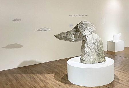 謝孟哲作品以水泥、石膏、玻璃纖維為主,堆塑出記憶裡的景象,圖為作品《太空日記-洗頭髮》.