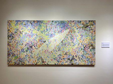 藝術家周佑貞作品以海作為創作題材,將蠟筆使用疊色技巧與針筆刻畫於石膏版上,圖為作品《鰭丘》.