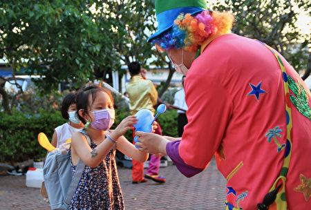 小丑的巧手给小孩不一样的礼物