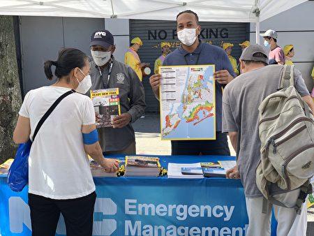 新唐人健康展上,紐約市應急管理局向民衆提供預防災難所需要的各類信息。