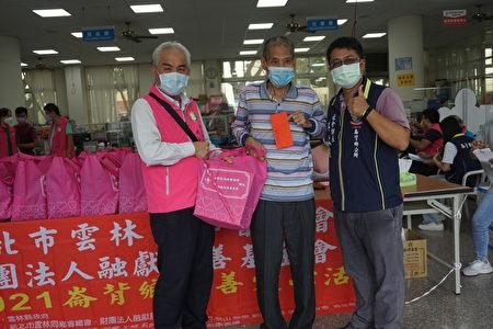 新北市雲林同鄉會新店分會會員廖俊(左)也參與這次的捐贈活動。