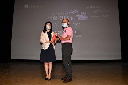 """新竹县文化局长李安妤(左)颁发""""竹堑奖""""-《蓪草妈妈》给导演许仁和。"""