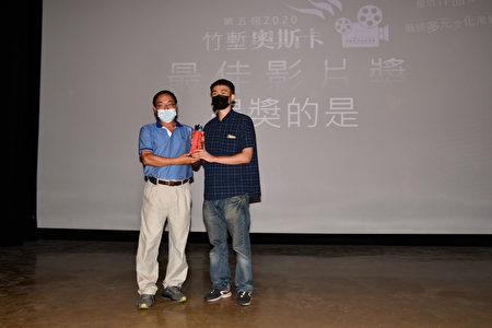 """竹堑文教基金会董事长陈明河(左)颁发""""最佳影片奖""""-《红色》给导演刘纯佑。"""