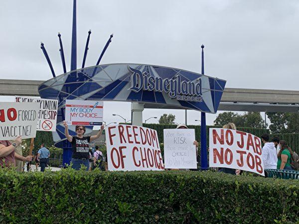 加州民众迪士尼乐园前抗议强制疫苗