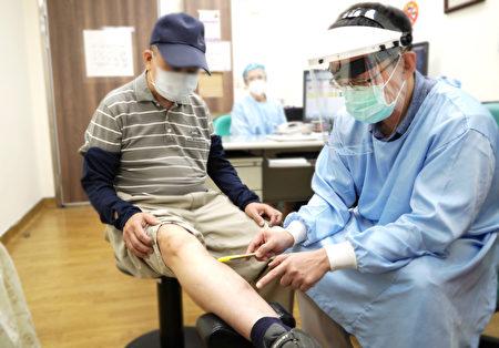 中壢天晟醫院靜脈曲張中心林哲安醫師建議病友也要多補充水分、規律活動、穿著醫療級彈性襪預防血栓生成。