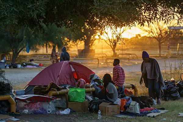 组图:部分海地移民撤离美国德州桥下营地