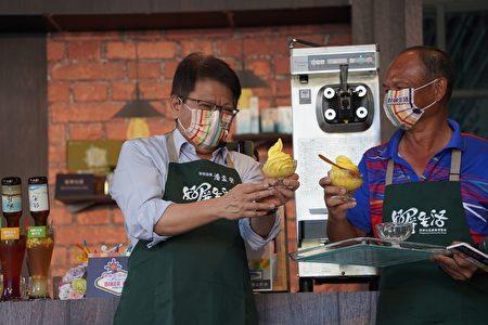 屏東縣長潘孟安(左)介紹枋寮鄉新龍社區新推出的龍膽石斑魚麟膠原蛋白霜淇淋。