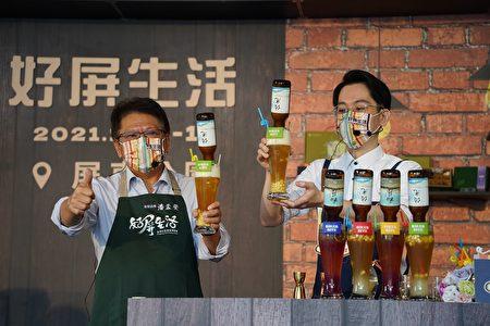 屏東縣長潘孟安(左)介紹以澆灌光合菌的水果釀製的2款精釀啤酒。