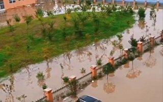 河南连续暴雨 学校院墙被冲垮三千名师生被困