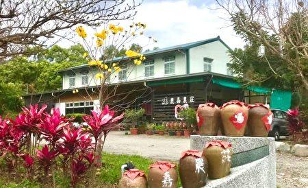 門口的老陶甕成鹿嘉農莊特色景觀。
