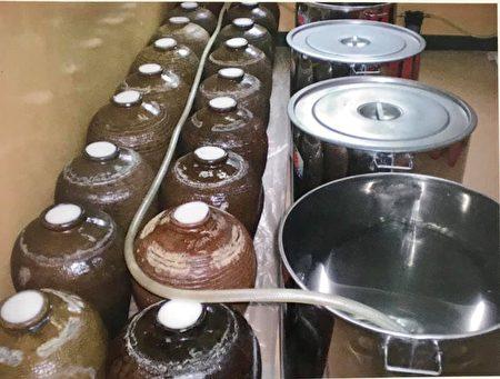 吳孢鍾用古法釀造天然陳年果醋。