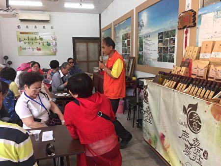 吳孢鍾為遊客解說天然醋的做法及好處。