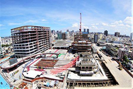 高雄车站再造工程如火如荼进行,老车站帝冠建筑正缓步回娘家,预计9月底定位在中山、博爱路中轴。