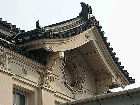 高雄车站屋檐的帝冠式特色—日本传统四角攒尖屋顶,以及简瓦末端收头,是高雄车站帝冠式样的主要特征。