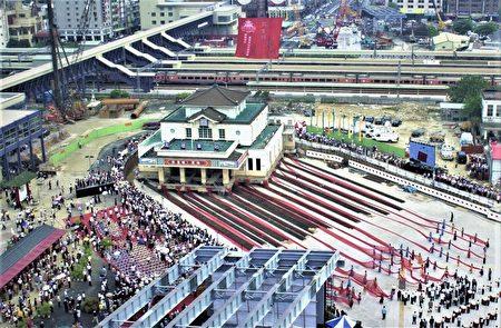 2002年愿景馆铺轨迁移启动,左中舞蹈班学生拉纤舞动,民众到场观礼欢送。