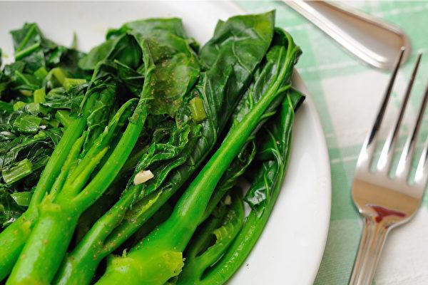 三周减重法的目的是先排毒,第一周先大量吃青菜。(Shutterstock)