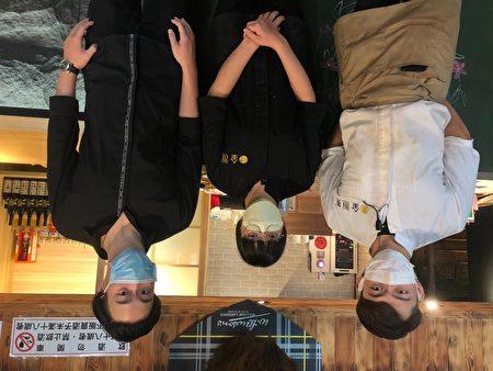餐旅系學生林沛伃(中)與負責人溫文(左)及店長黃宏裕相處的氣氛融洽,很開心自己能在這個環境實習。
