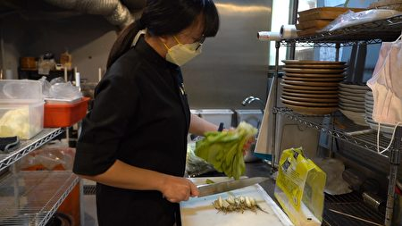 餐旅系學生林沛伃在「金洹苑」實習擔任內場人員,對於職場見習的工作環境好、同事相處融洽都感到高興,希望實習後能畢業就直接就業。