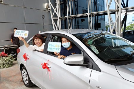 2020年购物节抽中汽车的幸福得主与市长合照,市府资料照。