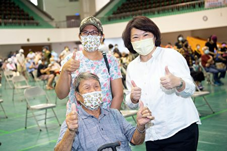 市长关心接种疫苖长者,市府资料照。