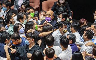 朝野立委激烈推挤 苏贞昌被夹挤上台完成施政报告