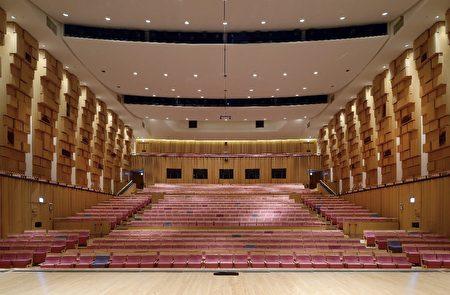 配合中央流行疫情指挥中心与文化部宣布调整防疫措施,屏东演艺厅、屏东艺术馆即日取消梅花座、间隔座限制,开放全席位演出。
