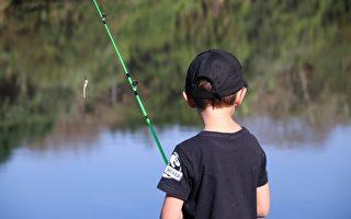 男童在钓鱼