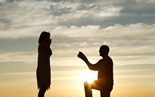 房子遭火灾 男友在废墟中找回订婚钻戒并求婚