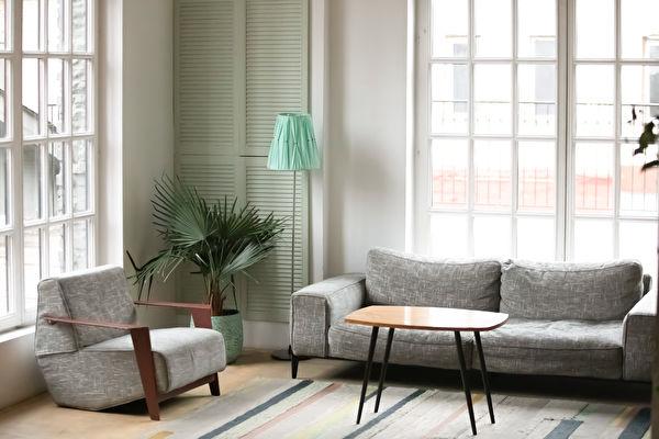 Empty,Cozy,Modern,Living,Room,With,Renovated,Interior,Design,,Grey,Shutterstock,客廳牆面,百葉窗