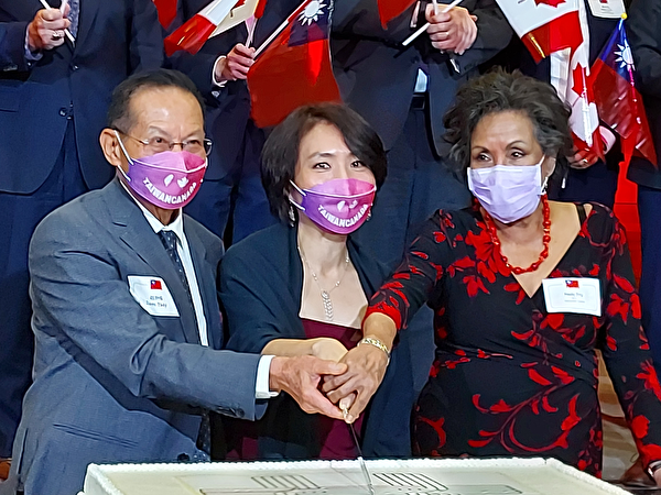 Picture: Director Liu and his wife cut the cake with Congressman Hedy Fry.  (Qiu Chen/The Epoch Times)