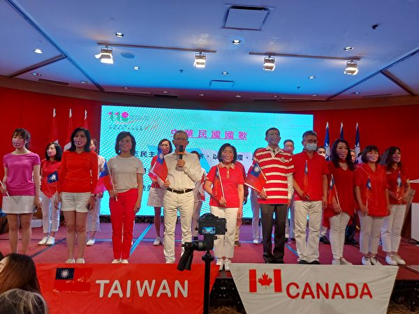 圖:大溫台僑聯合會舉辦雙十國慶晚宴,加西政商僑學屆近500人到場慶賀。圖為大溫哥華台僑聯合會理事唱加拿大和台灣國歌。 (邱晨/大紀元)