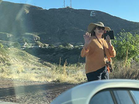 在前往新墨西哥州的途中,民众向车队致意和拍照。