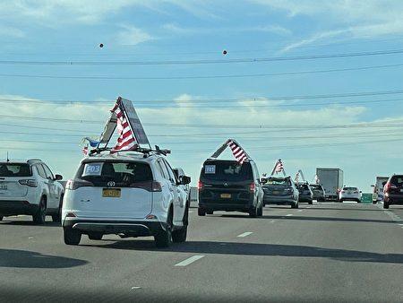 End CCP车队浩浩荡荡在亚利桑那州Casa Grande行进。
