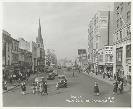 法拉盛的老照片――�街和�_斯福街交界�,路上��]有斑�R�Q。