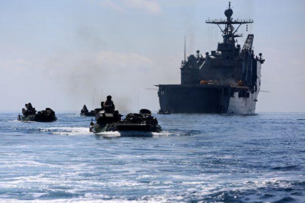 2014年8月31日,美军第 11 海军陆战队远征部队与马来西亚军队联合演习期间,第 1 陆战队第 2 营的两栖攻击车,从康斯托克号登陆舰的船坞驶出。(美国海军陆战队)